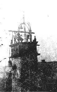 La campana mayor de la ciudad es subida a la torre municipal en los años veinte del siglo pasado (Archivo del autor)
