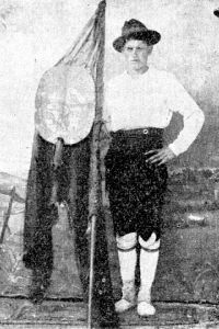El Sr. Regueiro con el pendón de los labradores. Foto publicada por nuestro ilustre antecesor el cronista Vales Villamarín.