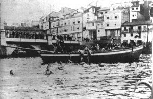 Cucañas en el Puente Viejo en las fiestas patronales de 1901. Foto Avrillón.