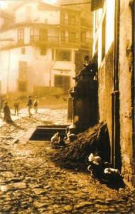 La desaparecida fuente do Picho do Carolo. Hasta mediados del pasado siglo era normal encontrarse con estiércol a la puerta de las casas (A.R.G. Sig.552)