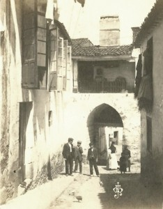 Calle del Carral y Puerta de Paio Fermoso. Foto de principios del siglo XX, de Martínez Santiso. Archivo del autor.