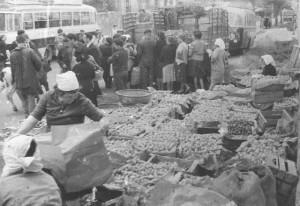 Venta de patatas en una feria de Betanzos, años sesenta.