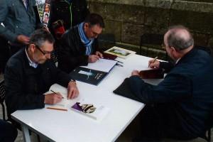 Miguel Anxo Prado, Xosé Cobas y José Raimundo Núñez-Varela y Lendoiro, firmando libros. Foto Arume.