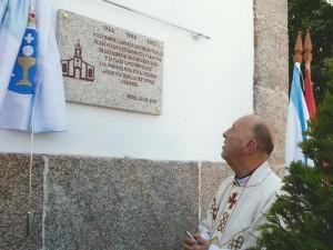 D. Manuel descubre la placa colocada en su honor. Foto Élite, Miño.