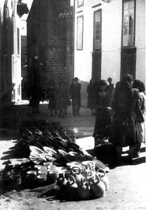 Puesto de cacharreria en la calle de la Pescadería en los años cincuenta. Foto Artús.
