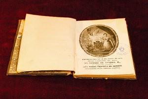Ejemplar de época de la constitución de 1837, obrante en la bilbioteca del Senado.