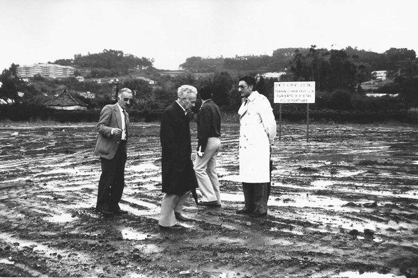 El alcalde don Vicente de la Fuente García y tres concejales visitan el terreno donde se construirá de nuevo un pabellón polideportivo