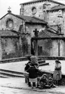 Lugareña vendiendo patatas y repollos de Betanzos enfrente de la Plaza de Abastos en 1965
