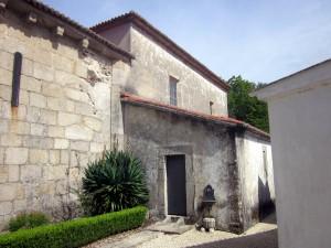 Lateral Sur de la iglesia de San Pantaleón das Viñas. Véase el exterior del ábside nuevo. Foto del autor.