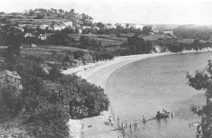 El Almacén a la derecha de la foto y marineros faenando en la Ribeira de Miño