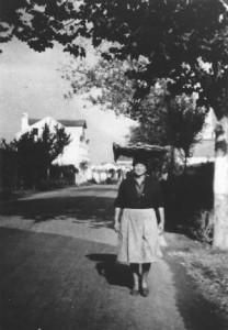 """Una de las pescadoras de Miño con su """"Paxeta"""" sobre la cabeza, sale de a vender hacia Ponte do Porco e Insua en 1950"""