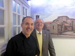 Alberto García y el autor, en el comedor del Mesón O'Pote